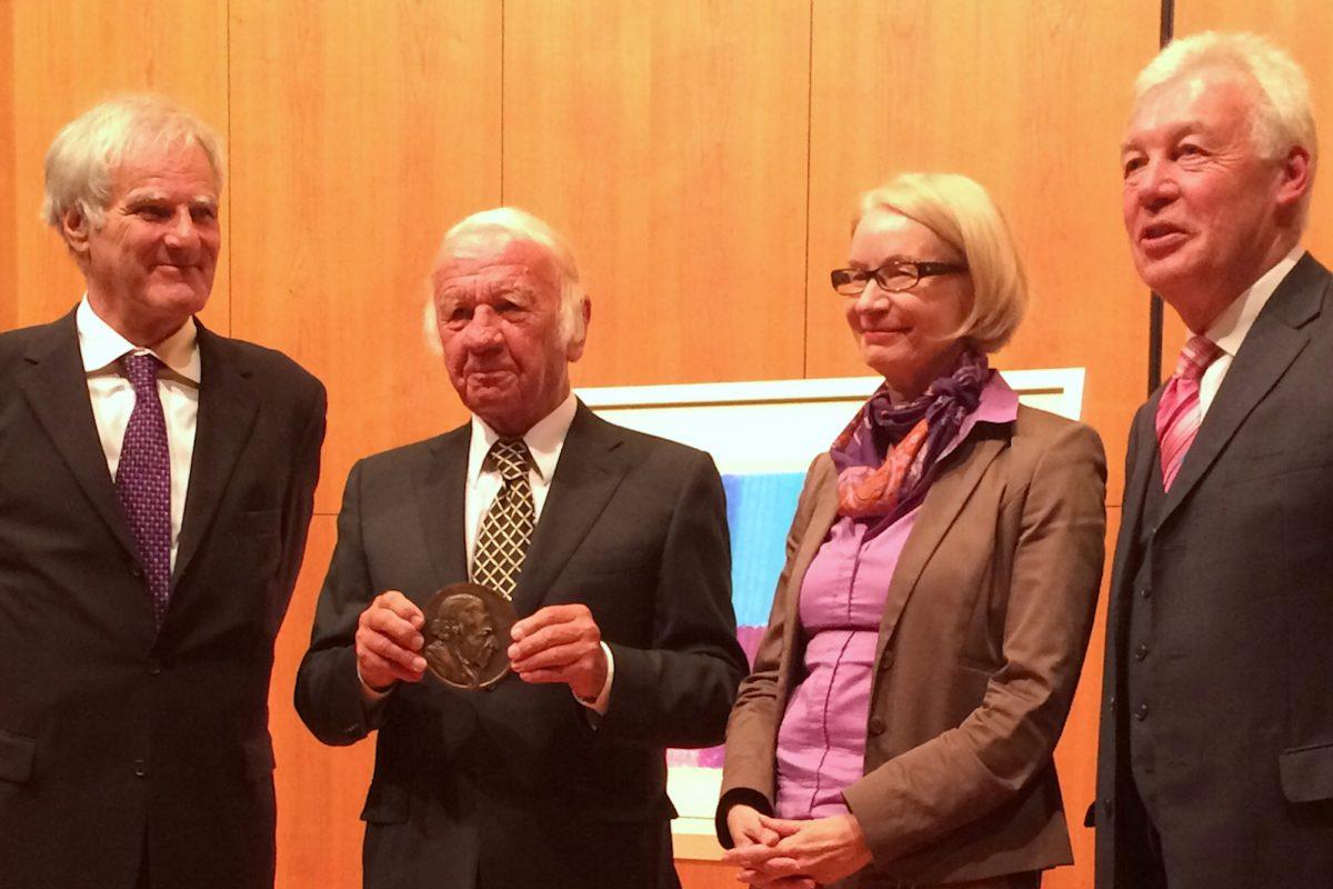 Prof. Dr. Julius Schoeps, Prof. Heinz Mack, Barbara Schneider-Kempf und Prof. Dr. Jürgen Wilhelm bei der Preisverleihung.