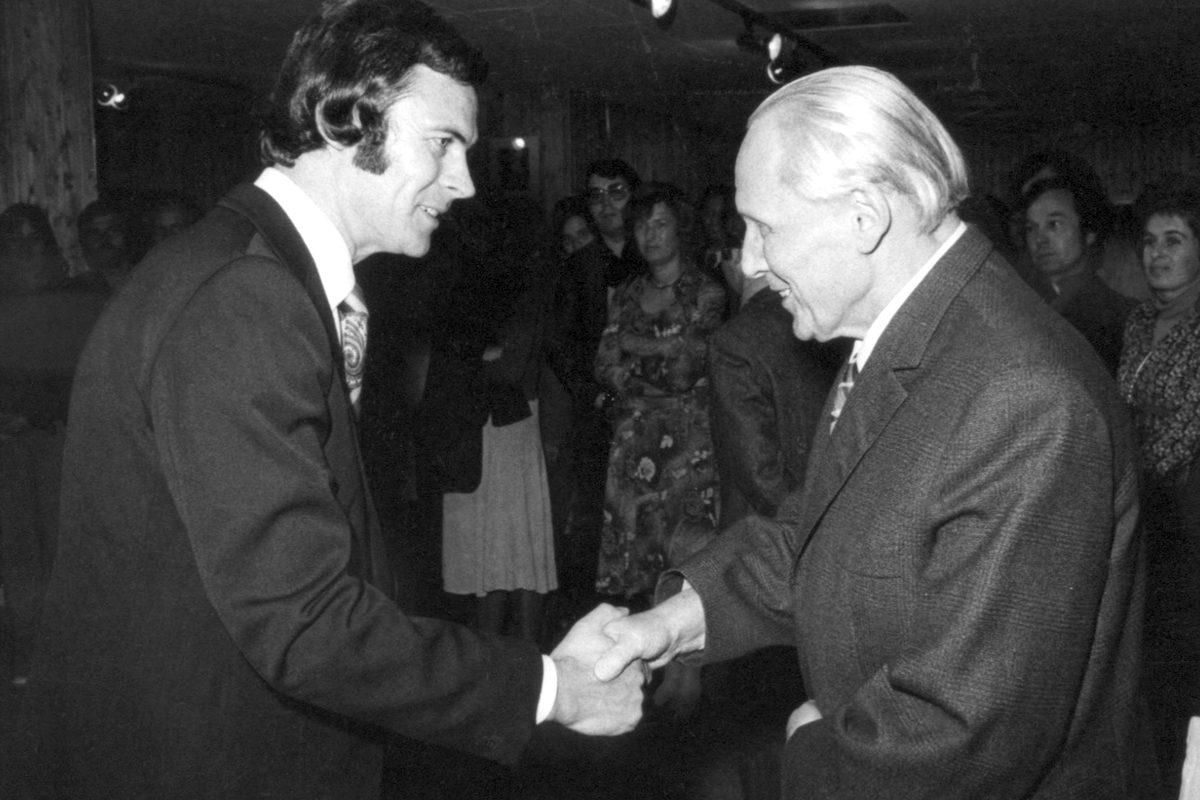 Roland Geiger mit Richard Neuz 1976 in der Galerie Geiger.